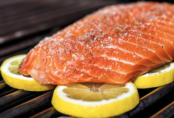 BBQ-Hack-Lemon-Slice-Grill-Fish-To-Prevent-Sticking-On-Barbecue-Grill